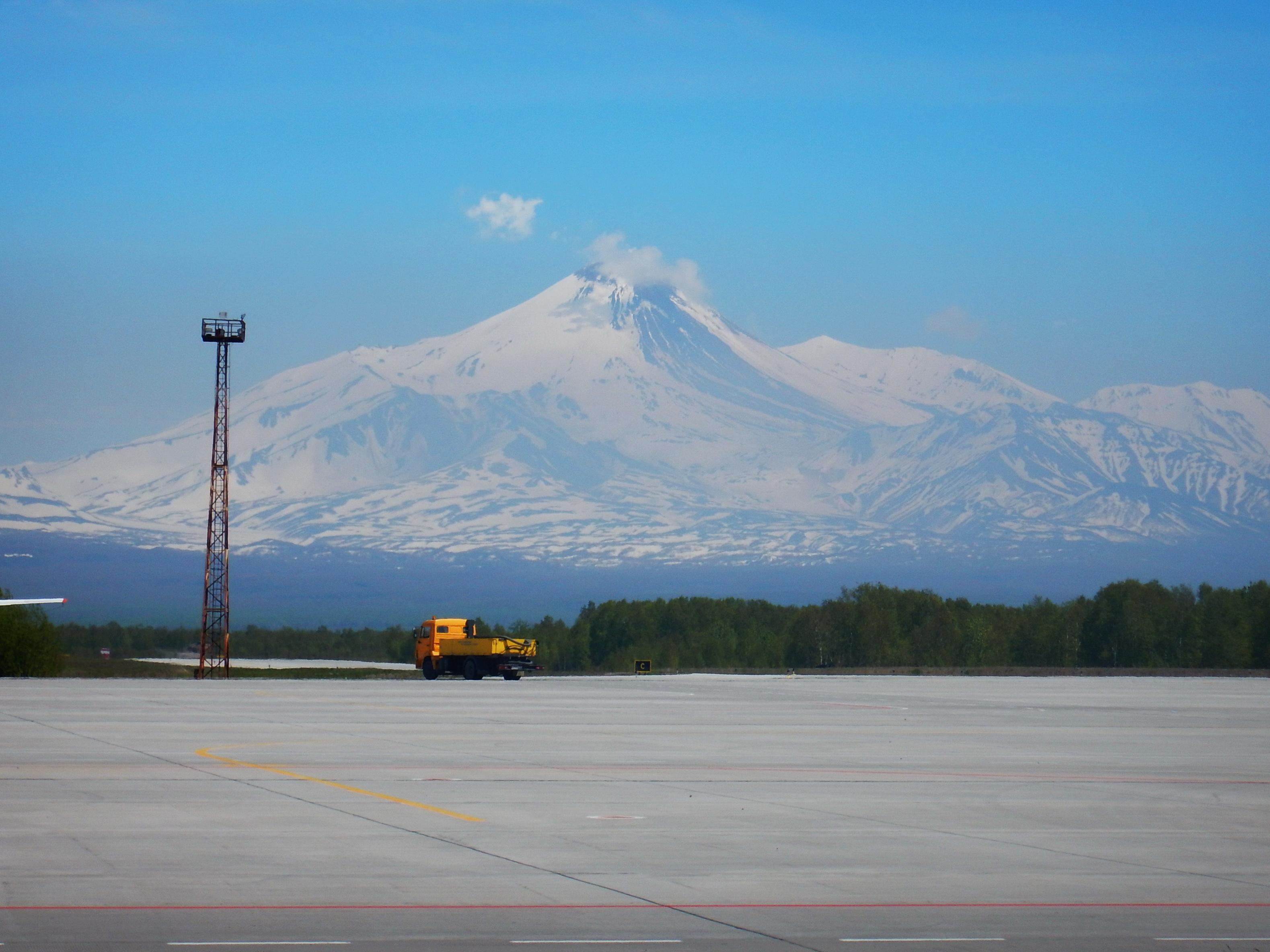 Корякский вулкан, аэропорт Петропавловска-Камчатского
