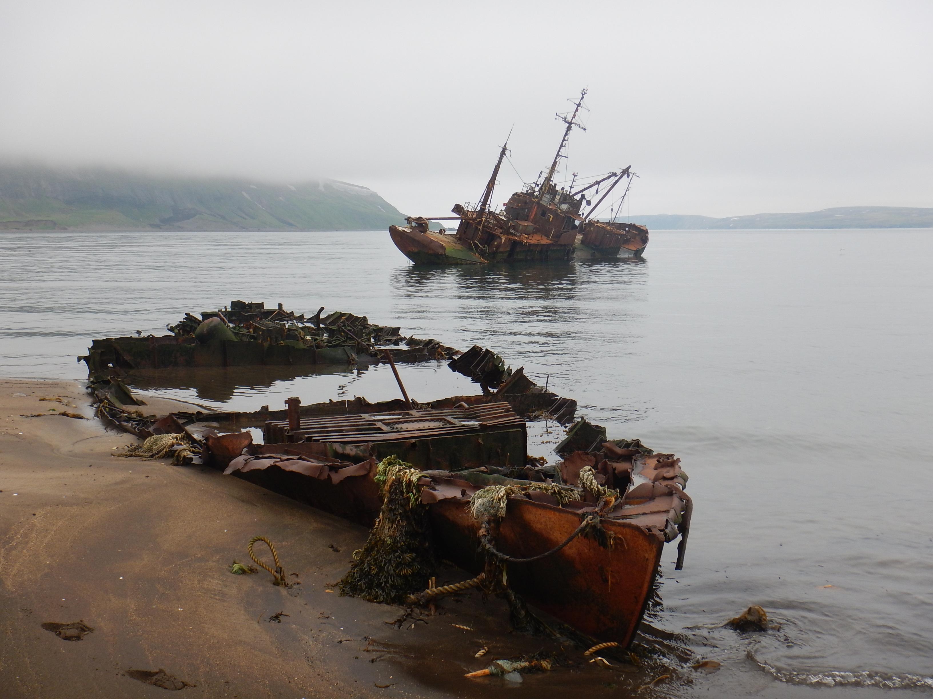 Курилы, остров Парамушир, порт Северо-Курильск, кладбище кораблей