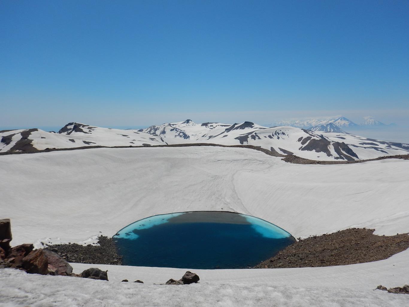 Озеро в кратере вулкана Козыревкого. Парамушир