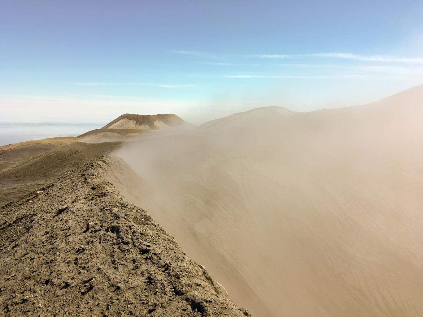Кромка кратера вулкана Эбеко