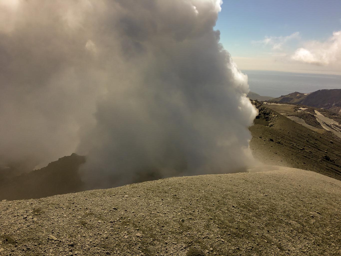 на вершине Эбеко